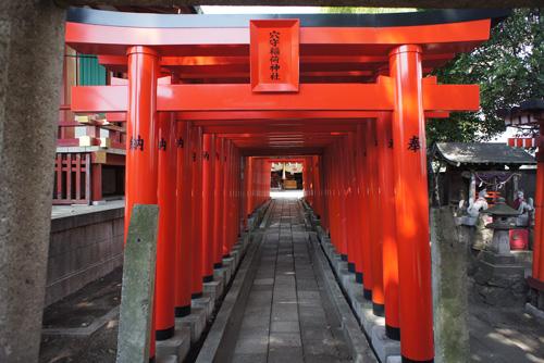 鳥居 神社の脇には、鳥居がズラリと並んでいます。 これをくぐっていくと…。 ... チャリカフェ